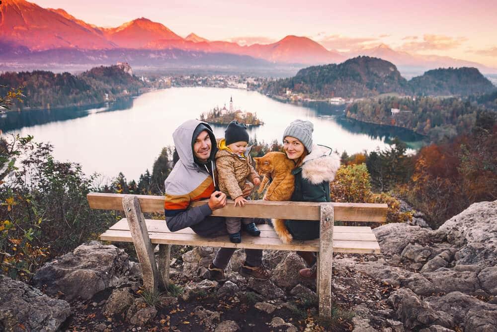 familia a viajar pelo lago bled durante o outono