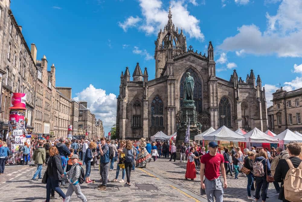 uma das praças principais de edimburgo com tendas do festival fringe