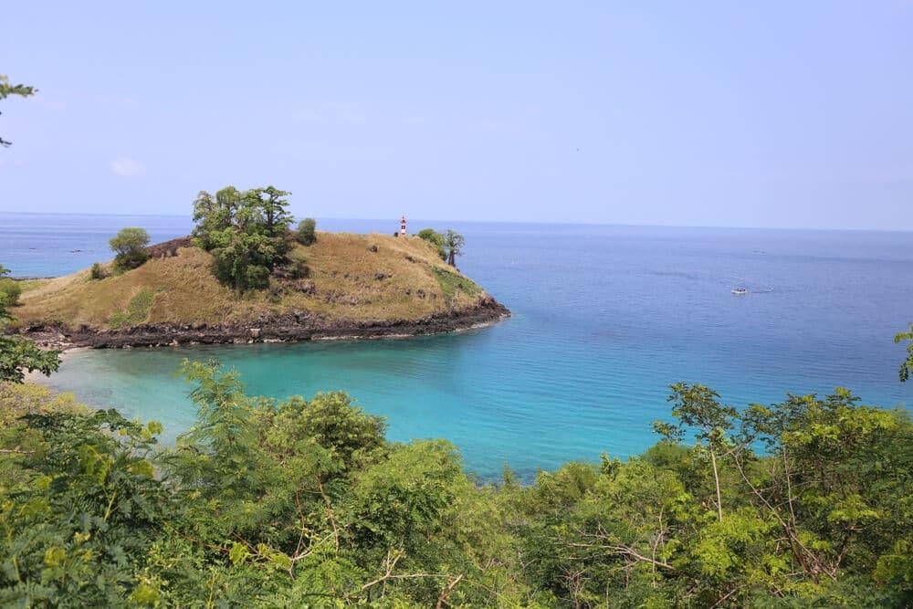 aguas azuis turquesa e vegetaçao verdejante na lagoa azul