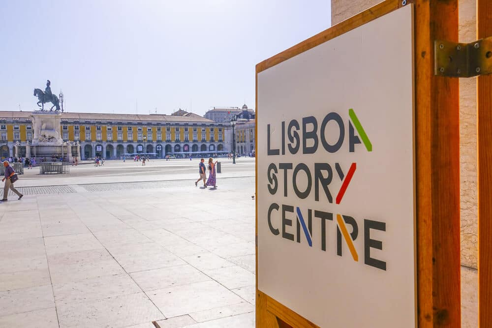 praça do comercio e cartaz na entrada do lisboa story centre