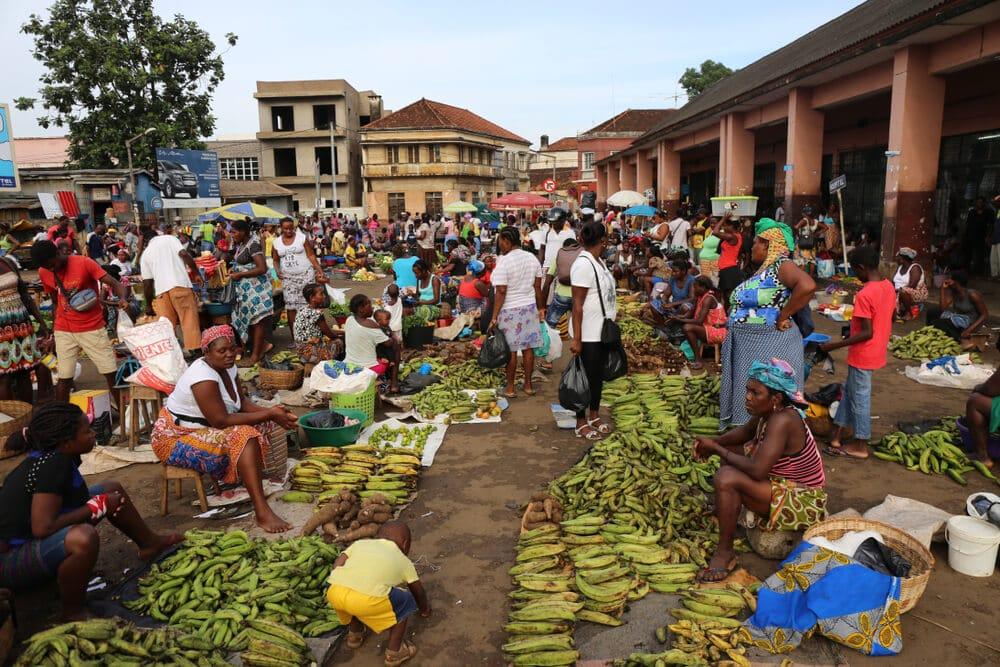pessoas vendem os seus produtos no mercado antigo de sao tome