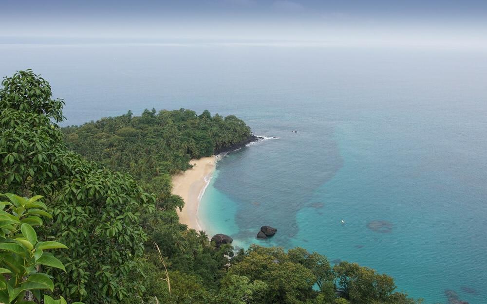 vista aerea da praia banana na ilha do principe