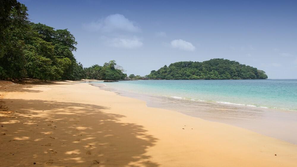 areia dourada e azul cristalina na praia coco