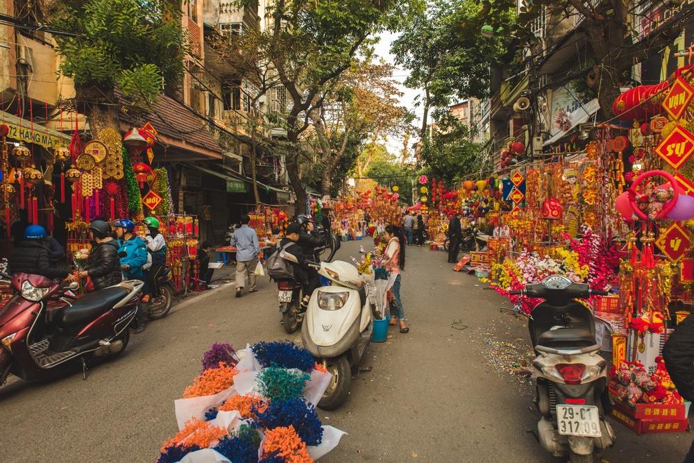 preparaçoes nas ruas de hanoi para o festival tet