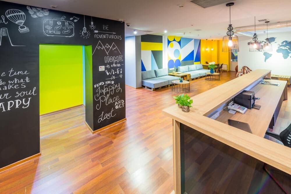 recepçao de um hostel com paredes coloridas