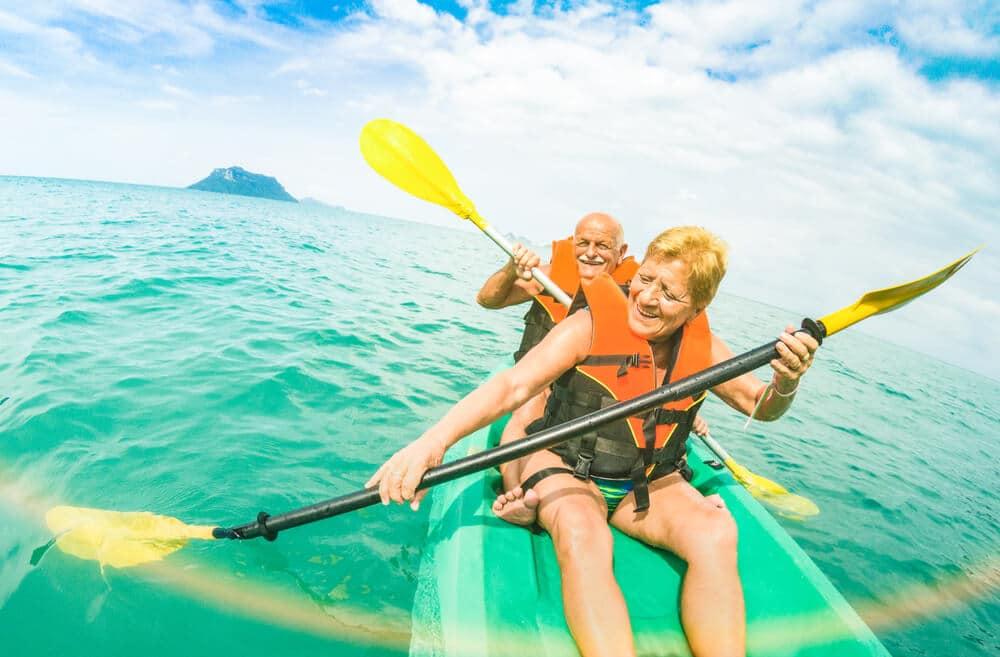 casal mais velho rema num kayak