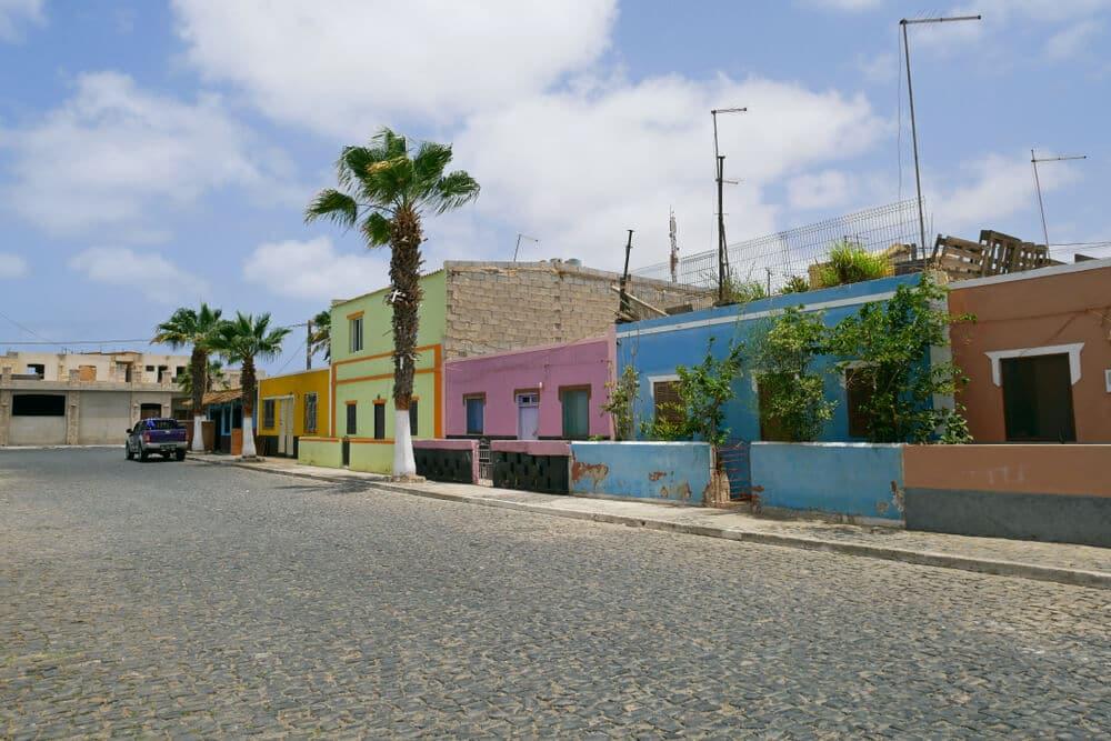 casas coloridas na vila de palmeira em cabo verde