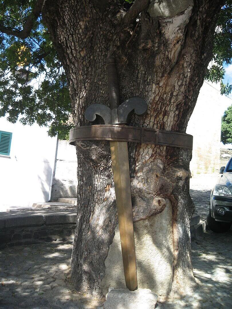 arvore com a espada a cinta