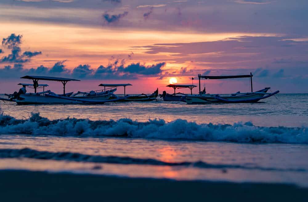 barcos tradicionais balineses a navegar ao por do sol