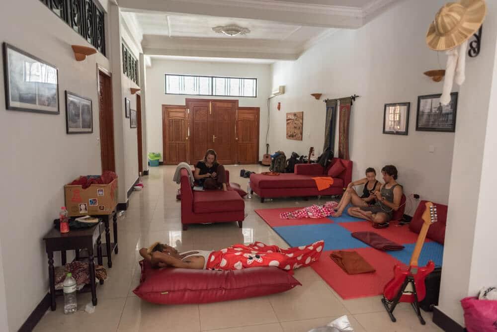 várias pessoas fazem couchsurfing numa sala de estar