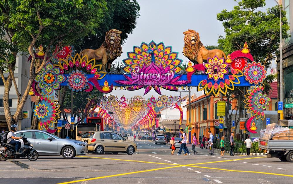 enfeites coloridos numa das ruas de singapura para um festival indiano