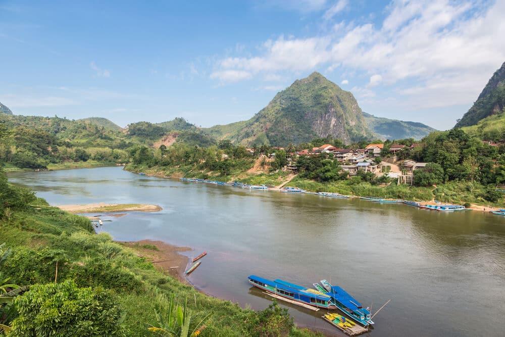 vista do rio, das montanhas e da aldeia de nong khiaw