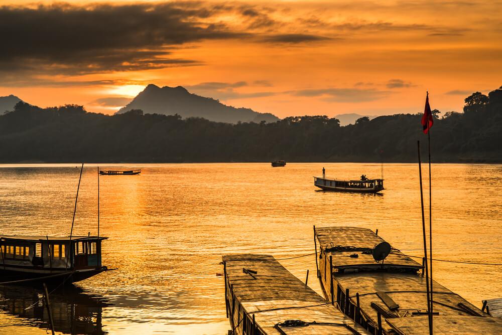 barcos no rio mekong ao por do sol
