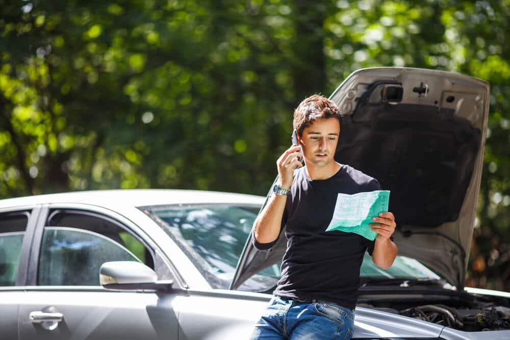 rapaz jovem liga para o seguro por causa de um acidente
