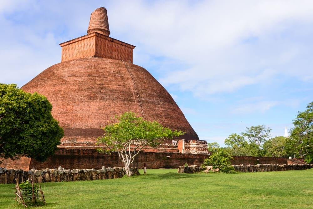 uma stupa de anuradhapura no meio da vegetaçao