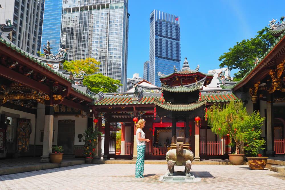 mulher loira admira o patio central do templo