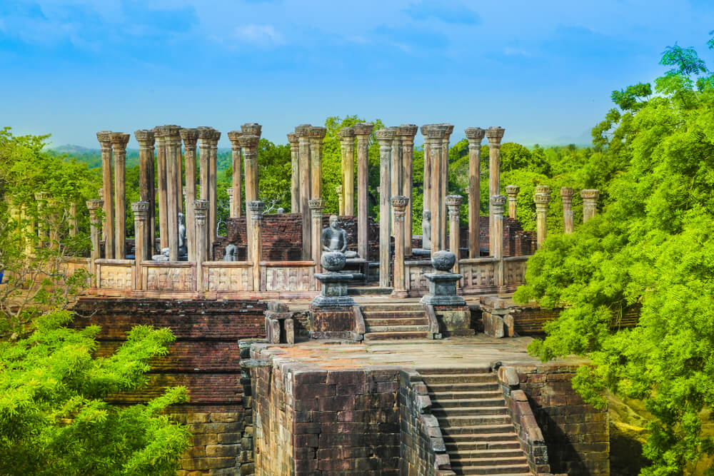 colunads e escadaria do templo de polonnaruwa visto de frente