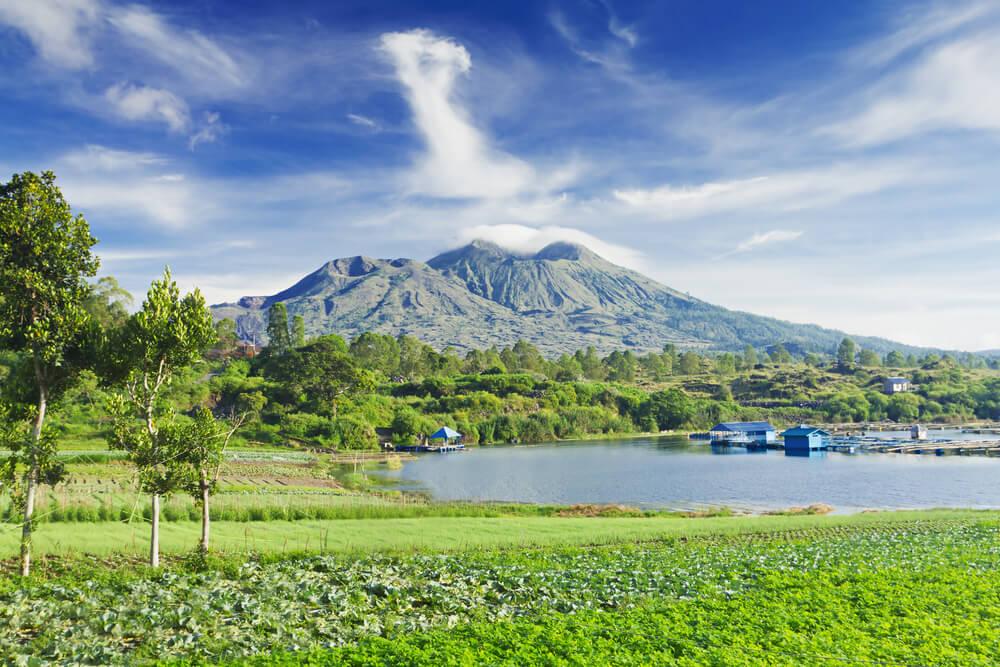vistas do vulcao batur e de uma aldeia próxima durante o dia