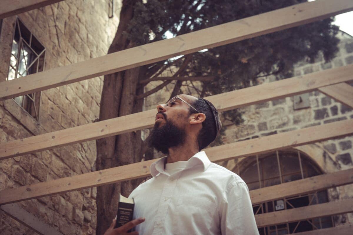 homem judeu olha para o alto na cidade velha de jerusalem
