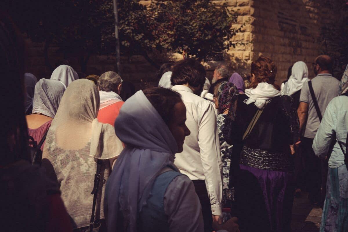 várias mulheres peregrinas passeiam por jerusalem