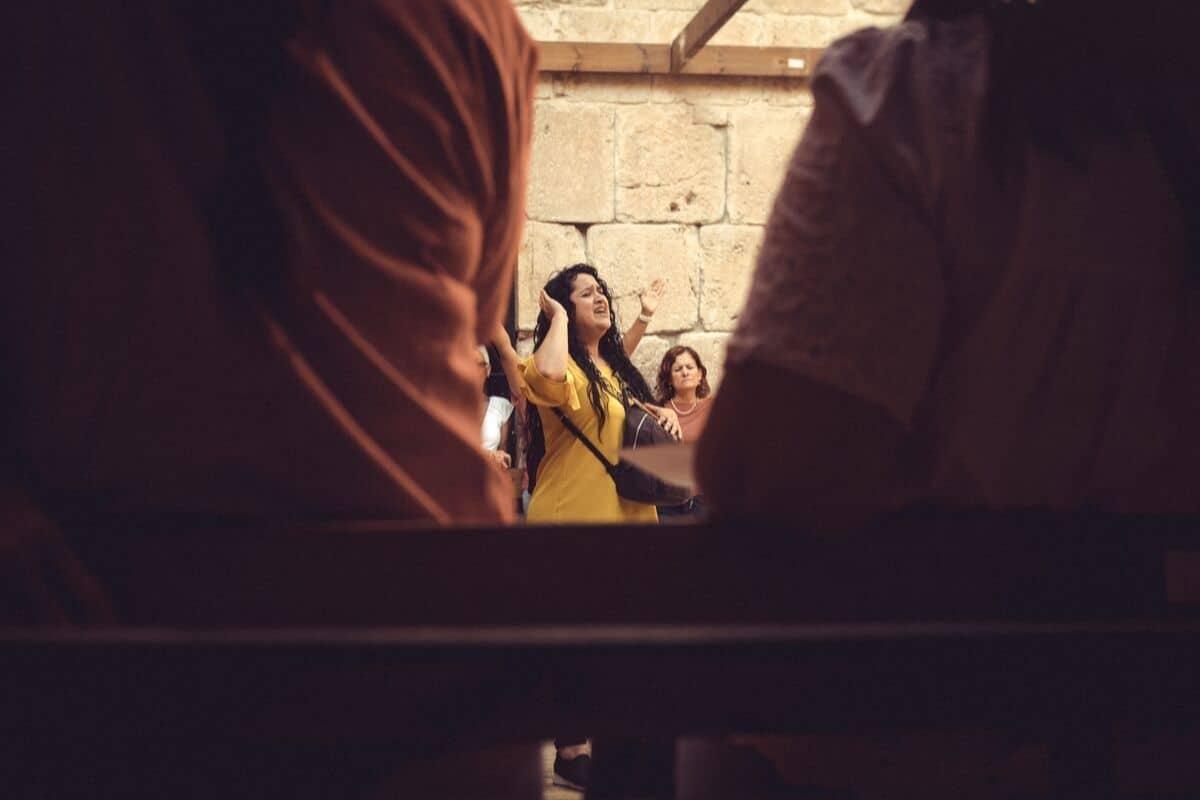 mulheres numa procissao por jerusalem