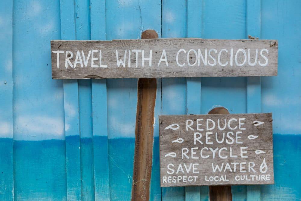 avisos aos turistas para que viajem com consciencia e reciclem, madeira com fundo azul