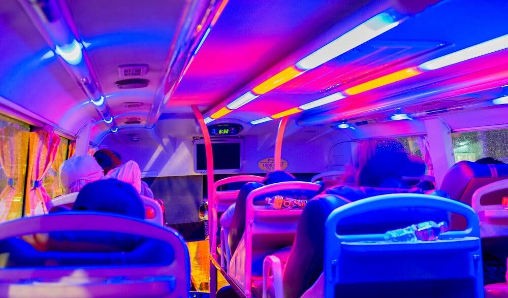 interior colorido de um autocarro