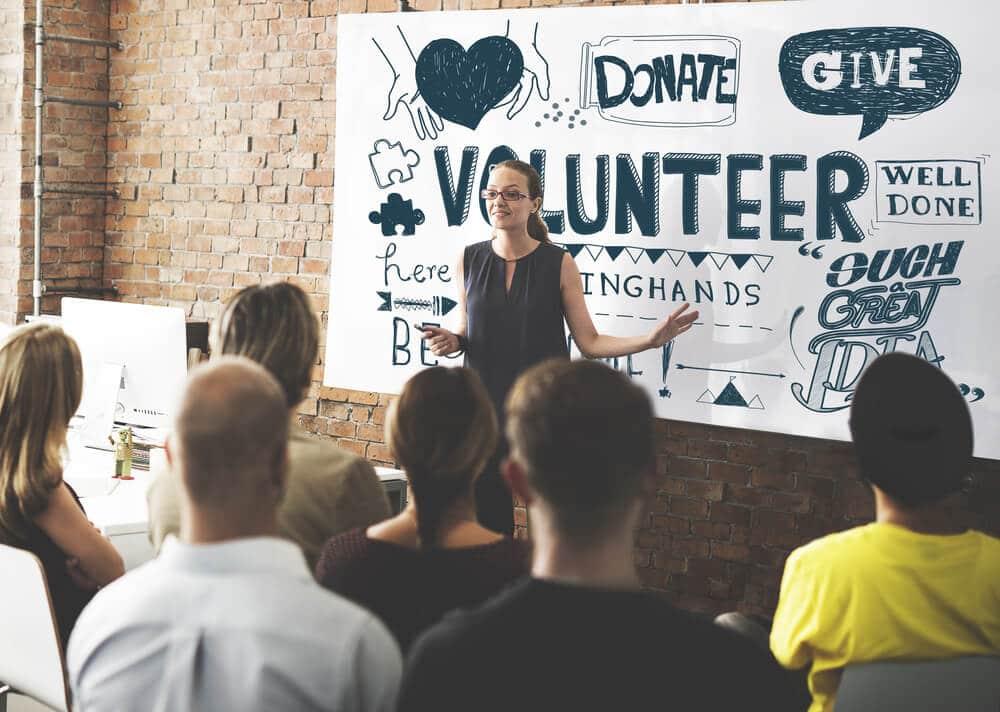 jovem explica voluntariado a outros jovens