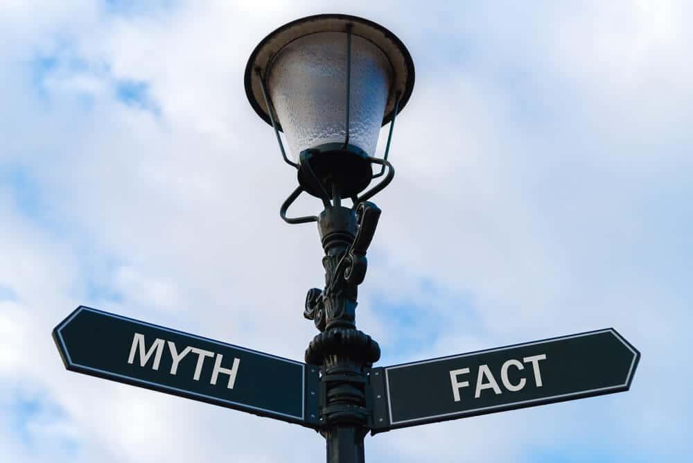 candeeiro com setas em ingles que apontam para os mitos ou os factos