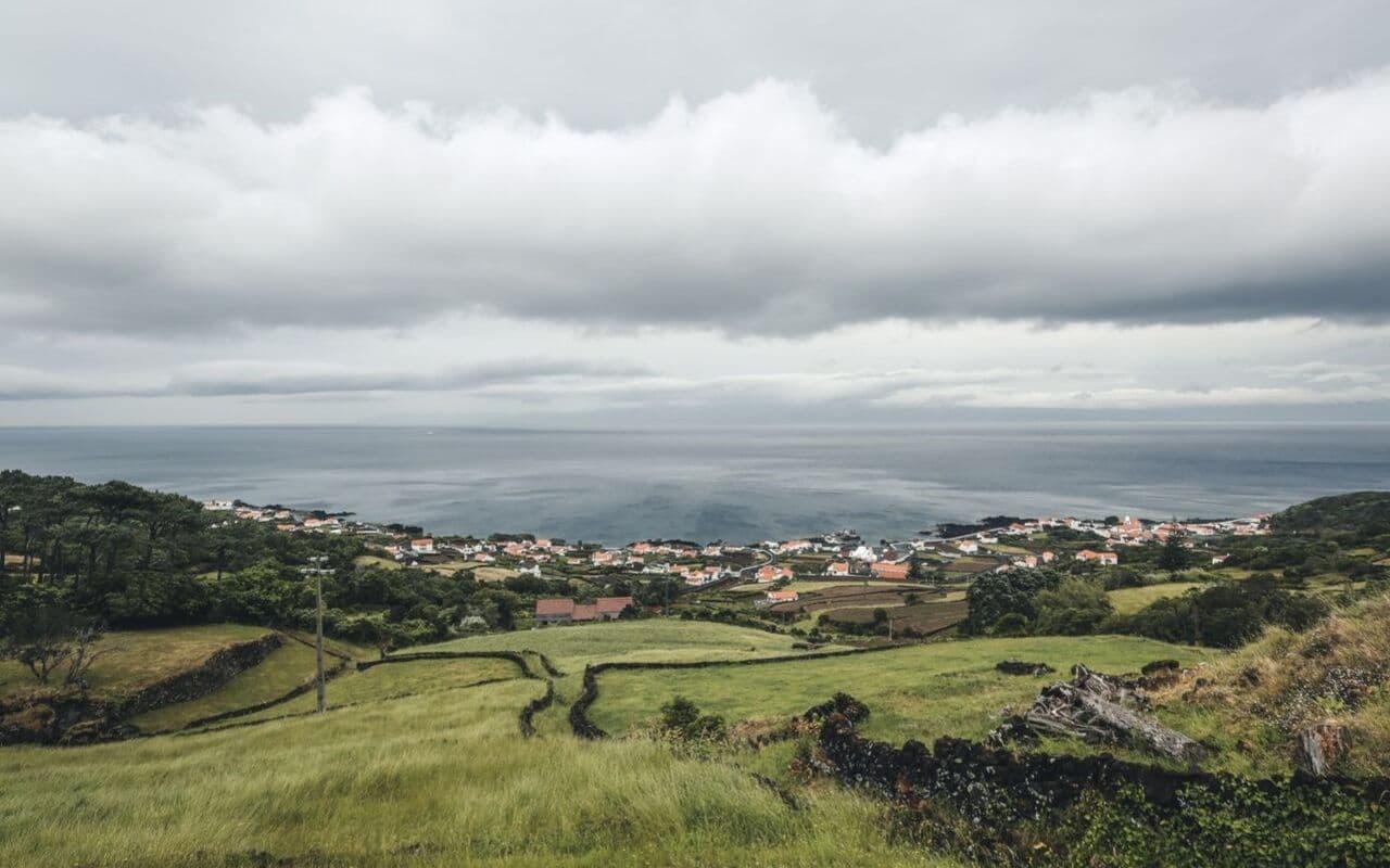 panoramica de sao roque do pico com o mar de fundo