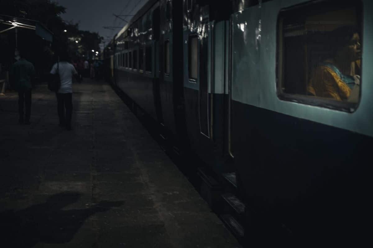 comboio indiano parado numa estaçao durante a noite