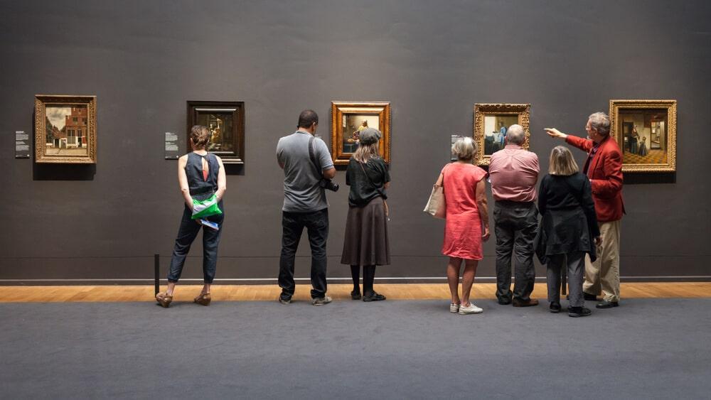 pessoas apreciam quadros num dos museus de amesterdao